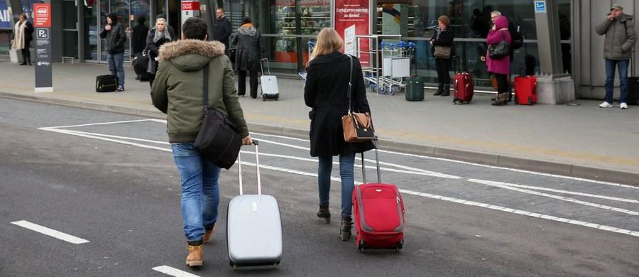 Jest decyzja sądu o tymczasowym, trzymiesięcznym areszcie dla 28-letniego Karola J. To on zdaniem prokuratury jest odpowiedzialny za wywołanie fałszywego alarmu na lotnisku w Modlinie. W niedzielę wieczorem po telefonie z informacją o bombie ewakuowano 800 osób. Lotnisko było sparaliżowane przez 3 godziny. Mężczyzna usłyszał w tej sprawie zarzuty.