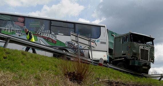 Szesnaście osób zostało rannych w wypadku na drodze krajowej numer 19 w Domaradzu w powiecie brzozowskim na Podkarpaciu. Poszkodowani to pasażerowie autobusu, który zderzył się z ciężarówką. Informację o tym wypadku dostaliśmy na Gorącą Linię RMF FM.