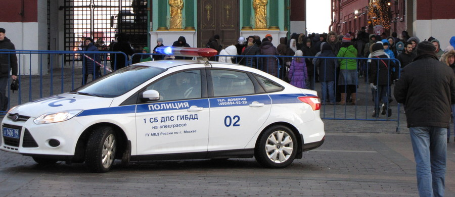 Grupę około 20 osób podejrzanych o związki z organizacją Państwo Islamskie (IS) zatrzymano w Moskwie - poinformowała agencja RIA Nowosti, powołując się na źródło w organach ścigania. Agencja przypomina, że IS jest ugrupowaniem zakazanym w Rosji.