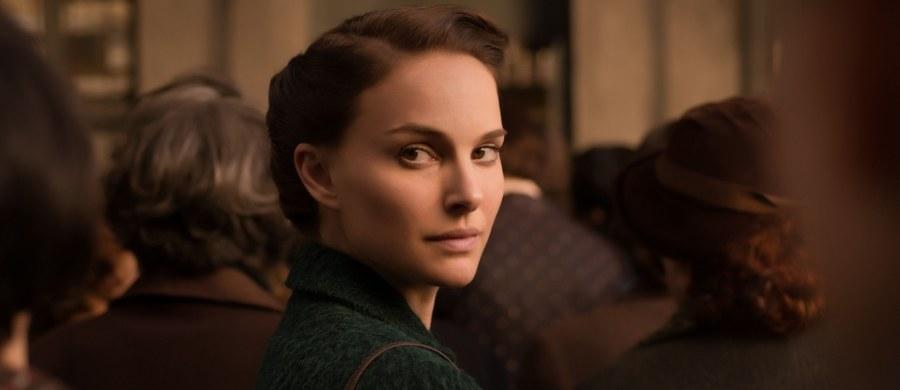 Światowej sławy aktorka i laureatka Oscara debiutuje jako reżyser. Ale nie w Hollywood, który przyniósł jej oszałamiającą popularność, a w Izraelu, gdzie się urodziła. Ta nowa rola Natalie Portman znowu wprawia świat w zdumienie. Podobne wywołały kiedyś jej studia na Harvardzie, niezwykłe połączenie siły i determinacji w drobnym, pięknym ciele. Od zawsze chciała być najlepsza. Choć po swojemu i dla siebie, nigdy dla innych. Jej nowy film wejdzie do polskich kin 1 kwietnia.