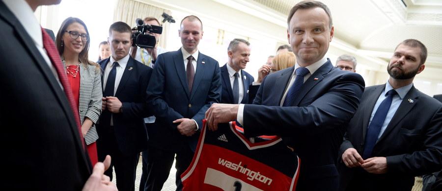 W Waszyngtonie rozpoczyna się dziś Szczyt Nuklearny. 52 światowych przywódców będzie rozmawiać przez dwa dni między innymi o tym, w jaki sposób zabezpieczyć materiały radioaktywne, by nie wpadły w ręce terrorystów. To też okazja do mniej oficjalnych spotkań i rozmów między politykami. Na kolacji wydawanej przez prezydenta USA Baracka Obamę będzie m.in. polski prezydent Andrzej Duda.