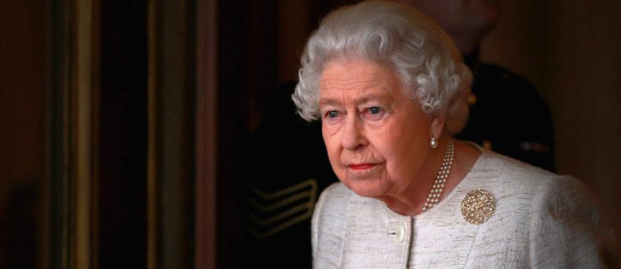 Brytyjska królowa Elżbieta II została bohaterką bajki dla dzieci. Bogato ilustrowana książka znajdzie się w sprzedaży już za niecałe dwa tygodnie. Będzie ją można kupić w pałacowych sklepach z pamiątkami.