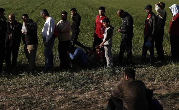 """Według Amnesty International Turcja przymusowo wydaliła od połowy stycznia br. kilkuset syryjskich uchodźców do ich kraju ogarniętego wojną domową. Zdaniem organizacji ta praktyka ujawniła """"fatalne błędy"""" porozumienia UE z Turcją w sprawie uchodźców."""