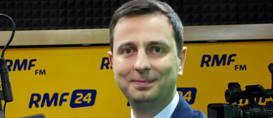 """""""Tydzień temu była rozmowa z marszałkiem Terleckim. Była propozycja możliwości poparcia, jeśli PSL wystawiłoby własnego kandydata na sędziego Trybunału Konstytucyjnego, ale nie jesteśmy zainteresowani"""" - mówi gość Kontrwywiadu RMF FM, szef PSL Władysław Kosiniak-Kamysz. """"Udowadniamy swój charakter i to, że nie jesteśmy pazerni na stołki"""" - uważa gość RMF FM. Dodaje, że gdyby PSL wystawił własnego kandydata, to wszyscy mówiliby, że ludowcy jak zwykle biorą wszystko. Światełko w tunelu po spotkaniu z prezesem PiS? """"Nie wiem, czy światło jest tu najważniejsze. Widzę w tym jakąś nadzieję, że można normalnie ze sobą rozmawiać"""" - odpowiada Kosiniak-Kamysz. Jego zdaniem """"jeżeli to było jedno spotkanie, to jest jakaś gra, kolejny akt w tym całym dramacie"""". Dodaje, że jeśli ze spotkań ma wyjść jakakolwiek konkluzja dotycząca Trybunału, to musi być zbudowane zaufanie i utrzymane tempo spotkań. Euforia po spotkaniu z prezesem Kaczyńskim? """"Czemu mamy nie być zadowoleni po rozmowie, która daje jakąś nadzieję?"""" - odpowiada gość Kontrwywiadu. Jego zdaniem to, że szef PO był niezadowolony może oznaczać, że """"chciał się odróżnić"""". """"Mówiłem na spotkaniu, żeby każdy z uczestników pokazał jedną fundamentalną wartość i element, z którego można się wycofać"""" - dodaje Kosiniak-Kamysz. Pytany o to, czy brak publikacji wyroku TK oznacza brak dalszych rozmów, odpowiada: """"Takiego kategorycznego warunku bym nie stawiał, bo to zamyka drogę do dalszej dyskusji""""."""