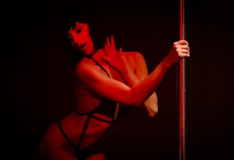 """Zdjęcia realizowane późną nocą albo nad ranem, katar przeszkadzający Marcie Żmudzie Trzebiatowskiej w pocałunkach, arie operowe śpiewane przez Mariana Dziędziela na planie - tak powstawał film Radosława Markiewicza """"Gejsza"""", zaliczany przez twórców do gatunku neo-noir."""