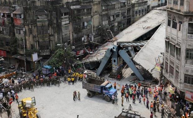 Indyjska policja zatrzymała 5 osób z firmy budowlanej, prowadzącej w Kalkucie budowę estakady, która zawaliła się w czwartek, zabijając co najmniej 24 osoby. Rannych zostało blisko 80 osób.