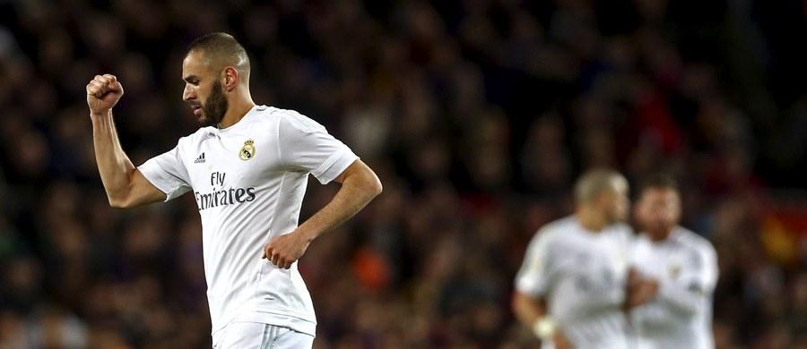 """Real Madryt wygrał na wyjeździe z Barceloną 2:1 w 31. kolejce hiszpańskiej ekstraklasy piłkarskiej. Był to 232. spotkanie tych rywali w historii, a """"Królewscy"""" odnieśli 93. zwycięstwo. """"Blaugrana"""" przegrała pierwszy mecz od 3 października ubiegłego roku."""