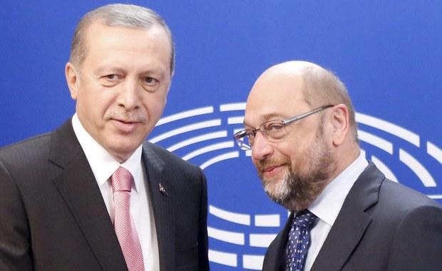 """Przewodniczący Parlamentu Europejskiego Martin Schulz zarzucił prezydentowi Turcji Recepowi Tayyipowi Erdoganowi, że protestując przeciwko satyrze w niemieckiej telewizji nie rozumie, na czym polega demokracja, i że """"posunął się o krok za daleko""""."""