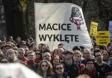 """Protesty przeciwko całkowitemu zakazowi aborcji. """"Nie chcemy kato-szariatu"""""""
