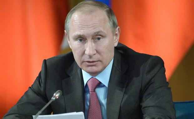 """Bliscy znajomi prezydenta Rosji Władimira Putina wyprowadzili w tajemniczych okolicznościach z kraju, za pośrednictwem fikcyjnych firm, ponad 2 mld dolarów - poinformował dziennik """"Sueddeutsche Zeitung"""" powołując się informacje z kancelarii prawnej w Panamie. W sumie wyciekło 11 mln dokumentów, które pokazują w jaki sposób wpływowe i bogate osoby wykorzystują raje podatkowe. Afera zyskała już miano """"Panama Papers""""."""