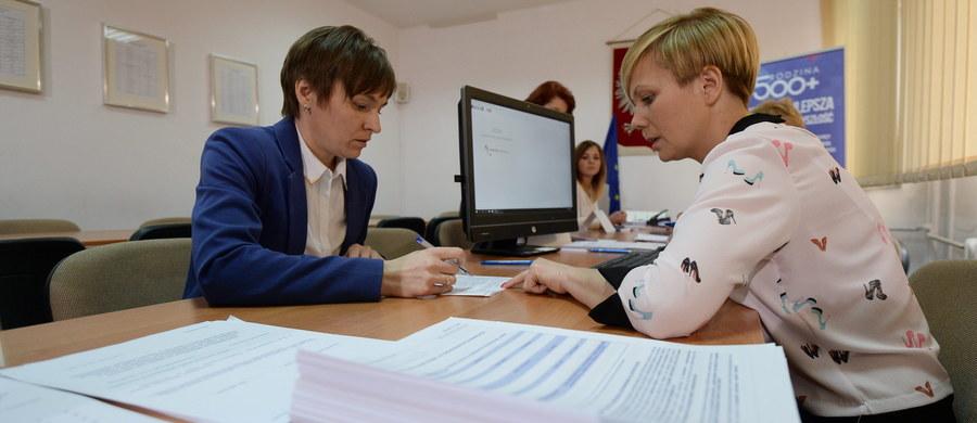 Około 170 tys. wniosków wpłynęło za pośrednictwem internetu w ramach rządowego programu Rodzina 500 plus - poinformowała minister cyfryzacji Anna Streżyńska. To dane, które udało się zebrać do północy w niedzielę. Wnioski można składać od 1 kwietnia.