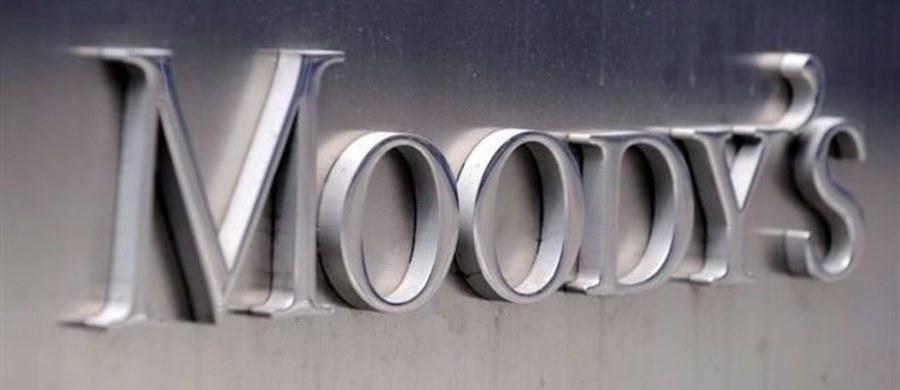 """Agencja ratingowa Moody's ocenia, że spór o Trybunał Konstytucyjny może zagrozić napływowi zagranicznych inwestycji do Polski. Agencja ostrzega, że walka o Trybunał może """"pogorszyć atrakcyjność Polski dla inwestorów zagranicznych, co jest zdarzeniem negatywnym dla ratingu""""."""