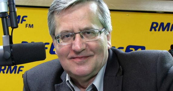 """""""Widzę wystraszenie się władzy i prezesa Kaczyńskiego presją wewnętrzną – organizowaną przez KOD - i zewnętrzną w sprawie Trybunału Konstytucyjnego. Ale nie sądzę, żeby środowisko PiS było skłonne do jakiegokolwiek kompromisu"""" – mówi gość Kontrwywiadu RMF FM, były prezydent Bronisław Komorowski. """"Można szukać kompromisu w kwestiach kształtu ustawy o TK na przyszłość, ale nie tu jest problem. Problem w złamaniu konstytucji przez rządzących"""" – uważa były prezydent. Jego zdaniem """"konstytucja to trochę dekalog - nie objawiony, ale poparty w referendum przez Polaków"""". """"Zmiany konstytucji w rytm błędów politycznych rządzących to coś nieprzyzwoitego. Zachęcałbym, żeby wyciągnęli wnioski"""" – dodaje."""