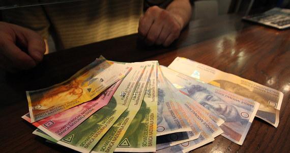 """Getin Noble Bank i Credit Agricole Bank Polska, rozliczając kredyty we frankach szwajcarskich, mogły naruszać umowy zawarte z konsumentami. Dobrowolnie zobowiązały się do zmiany praktyk zakwestionowanych przez UOKiK - informuje urząd. """"W następstwie działań Urzędu oba banki dobrowolnie zobowiązały się zaniechać stosowania zakwestionowanych praktyk i zrekompensować klientom ich skutki"""" - czytamy w komunikacie UOKiK."""