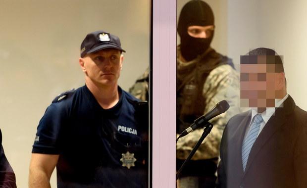 """""""Ci ludzie są niewinni. To jest farsa"""" - mówił we wtorek w sądzie poznański gangster Maciej B., ps. Baryła - świadek w procesie byłego senatora Aleksandra Gawronika, oskarżonego o podżeganie do zabójstwa dziennikarza Jarosława Ziętary. Według prokuratury, odsiadujący wyrok dożywocia gangster był naocznym świadkiem podżegania do zabójstwa Ziętary. Na wtorkowej rozprawie B. odwołał jednak wszystkie poprzednie zeznania obciążające Gawronika, twierdząc, że do ich składania zmuszany był m.in. przez prokuratora. Rozprawa w poznańskim sądzie okręgowym odbywała się przy wyjątkowych środkach ostrożności. Na sali znajdowali się antyterroryści, a publiczność przed wejściem na rozprawę była przeszukiwana."""