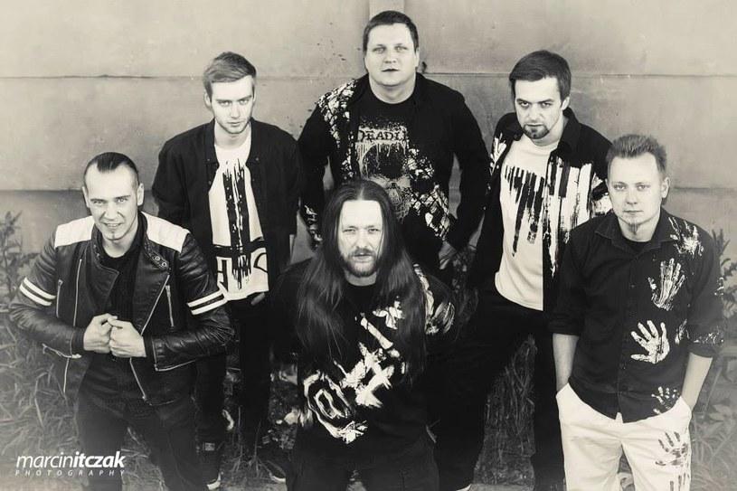 """Ciesząca się sporym uznaniem na świecie polska formacja metalowa Chaos Engine Research rozstała się z dotychczasowym wokalistą. Zespół z Częstochowy poszukuje nowego frontmana, z którym chce powtórzyć sukces wydanego w 2014 roku albumu """"The Legend Written by an Anonymous Spirit of Silence""""."""