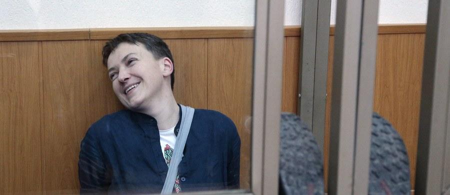 """Uprawomocnił się wyrok wydany przez rosyjski sąd na ukraińską lotniczkę Nadiję Sawczenko. Została ona skazana na 22 lata kolonii karnej. """"Zgodnie z wolą naszej klientki nie odwoływaliśmy się od wyroku"""" - poinformował jeden z adwokatów Ukrainki, Mark Fejgin."""