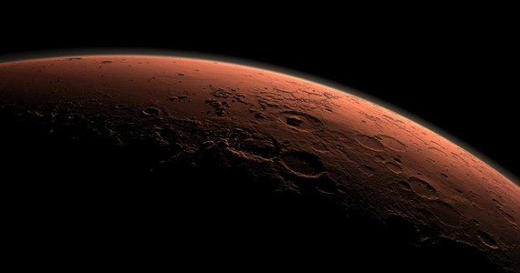 """Naukowcy z Uniwersytetu Kolorado w Boulder opracowali możliwy scenariusz pojawienia się na Marsie życia, a dokładnie policzyli, kiedy na Czerwonej Planecie takie nawet najprostsze życie mogło - ewentualnie  - istnieć i jak mogło - ewentualnie - dojść do jego powstania. Na łamach czasopisma """"Earth and Planetary Science Letters"""" piszą, że odpowiednie warunki mogły powstać... około 4 miliardów lat temu, w czasie tak zwanego Wielkiego Bombardowania."""