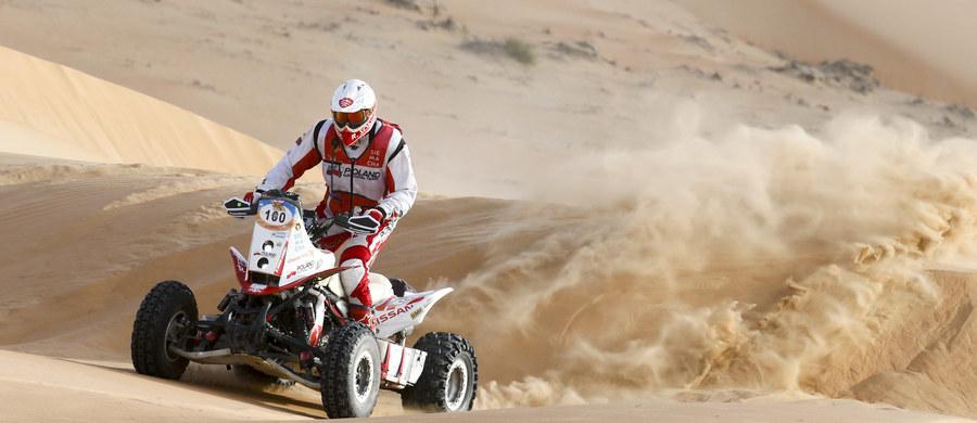 """Udany etap - tak trzeci dzień rywalizacji w Abu Dhabi Desert Challenge podsumował Rafał Sonik, który półmetek rajdu minął na pozycji lidera. """"Żeby nie popełniać błędów na pustyni, trzeba się na niej urodzić. Choć często tu trenuję, układ wydm wciąż potrafi mnie zaskoczyć. Dziś dwa razy wpadłem do dziury, ale bez większych problemów udało mi się uratować"""" - mówił zadowolony po zakończeniu wtorkowych zmagań."""