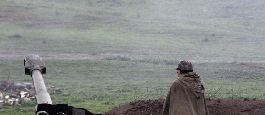 Mimo ogłoszonego we wtorek wstrzymania ognia w spornym Górskim Karabachu wciąż trwają walki. Armenia i Azerbejdżan wzajemnie oskarżają się o łamanie ustaleń i ostrzał wiosek. Spór pomiędzy Ormianami i Azerami toczy się od blisko 30 lat, a 2 kwietnia zamrożony przez lata konflikt wybuchł z nową siłą.