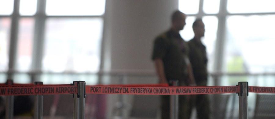 Lotnisko Chopina w Warszawie złoży pozew cywilny przeciwko sprawcy wczorajszego fałszywego alarmu bombowego. Po telefonie 29-letniego Emila Ś. trzeba było przeprowadzić ewakuację w dwóch portach lotniczych – na warszawskim Okęciu oraz w Modlinie.