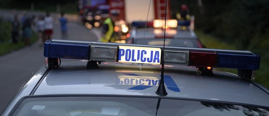 Usiłowanie zabójstwa mogło być przyczyną strzelaniny, do której doszło w Głuchołazach w Opolskiem. Nieznani sprawcy postrzelili lokalnego przedsiębiorcę, kiedy mężczyzna jechał samochodem. Pojazd uderzył w przydrożny płot. Napastników poszukuje policja.