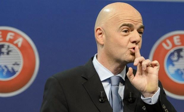 """Szwajcarska policja weszła w środę do siedziby UEFA w Nyonie. Funkcjonariusze zabezpieczyli tam dokumenty dotyczące sprzedaży praw do transmisji meczów piłkarskiej ligi mistrzów. Tzw. """"Panama Papers"""" wskazują, że dziesięć lat temu ówczesny dyrektor w UEFA, a obecny szef FIFA - Gianni Infantino, prowadził interesy z osobami podejrzanymi obecnie o korupcję. Miał podpisać umowę o sprzedaży praw do transmisji meczów w Ekwadorze z Hugo Jinkisem - aresztowanym w Stanach Zjednoczonych w związku z podejrzeniami o korupcję w piłce nożnej i pranie brudnych pieniędzy."""