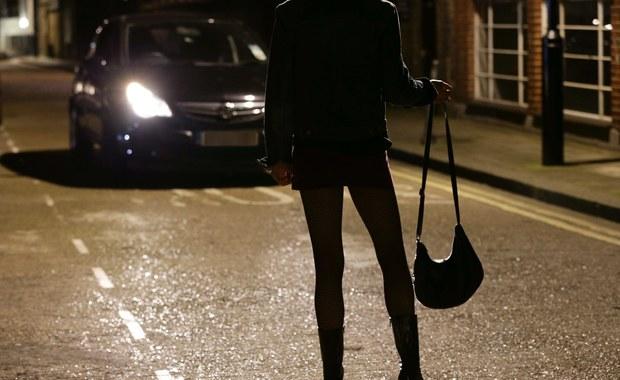Francuski parlament przyjął ostatecznie projekt ustawy, który zakłada surowe kary dla klientów prostytutek. Francja stanie się wiec kolejnym europejskim krajem – m.in. po Szwecji, Norwegii i Islandii – który będzie walczył z prostytucją i handlem żywym towarem właśnie poprzez karanie klientów.