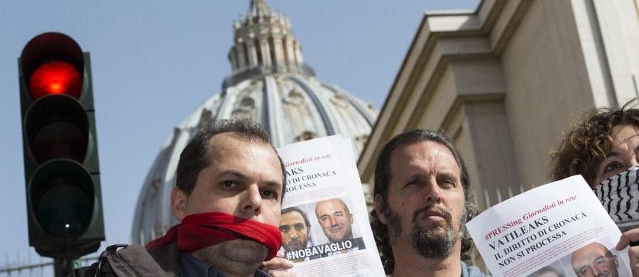 Przed watykańskim sądem wznowiono w środę proces w tzw. sprawie Vatileaks, czyli wycieku i publikacji tajnych dokumentów. Pod murami Watykanu pikietę solidarności z sądzonymi dziennikarzami zorganizowały federacja prasy i grupa obrońców wolności słowa.