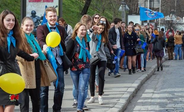 Premier Holandii Mark Rutte oświadczył w środę, że jego rząd może ponownie rozważyć kwestię ratyfikowania umowy stowarzyszeniowej Unii Europejskiej z Ukrainą, co było tematem przeprowadzonego wcześniej tego samego dnia referendum. Jak wynika z sondaży, blisko dwie trzecie uczestników mającego tylko charakter opiniodawczy referendum opowiedziało się przeciwko ratyfikacji, ale wciąż nie wiadomo, czy frekwencja osiągnęła niezbędny dla ważności głosowania próg 30 proc. uprawnionych. Późnym wieczorem prognozowano, że głosowało 32 proc. liczącego około 13 mln ludzi elektoratu, lecz wiarygodne dane będą dostępne dopiero w nocy.