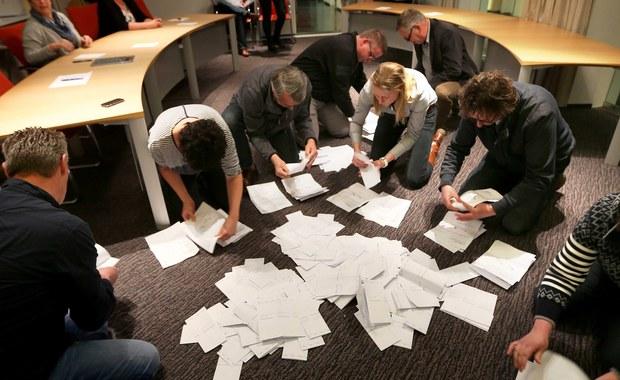 Holendrzy wypowiedzieli się w referendum przeciwko umowie stowarzyszeniowej UE z Ukrainą. Według wstępnych wyników, przeciwko umowie głosowało aż 61 proc. wyborców. Referendum jest ważne, bo frekwencja przekroczyła 30 proc. - wynosiła 32 procent.