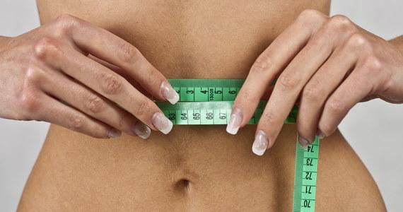 Podawanie na opakowaniach wartości kalorycznej produktów to za mało - przekonują brytyjscy dietetycy i proponują nowy sposób kontrolowania wagi. Jak podkreślają, powinien on przemówić do osób, które myślą o zdrowym trybie życia i szczupłej sylwetce.