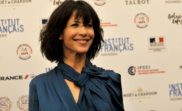 Tym razem role się odwróciły. To gwiazda ekranu, sławna francuska aktorka Sophie Marceau zaczęła polować na… paparazzich i filmuje ich na ulicach Paryża. Nagrania następnie umieszcza na portalach społecznościowych - co bardzo się nie podoba fotografowanym.