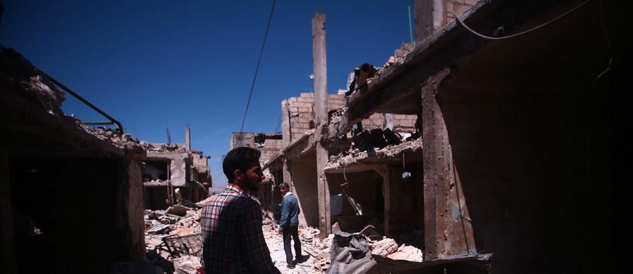 Dżihadyści z Państwa Islamskiego (IS) uprowadzili 300 pracowników cementowni w mieście Dmeir na północ od Damaszku. Islamscy bojownicy prowadzą tam w tym tygodniu ofensywę przeciwko siłom rządowym.