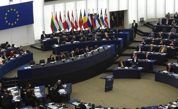 W Parlamencie Europejskim trwają negocjacje grup politycznych nad projektem rezolucji o sytuacji w Polsce, który zostanie poddany pod głosowanie w środę. Termin złożenia wspólnego projektu wyznaczono na najbliższy wtorek, na godzinę 13. Jeden z polityków Europejskiej Partii Ludowej poinformował, że zwyciężyła zasada, by rezolucja była szeroko popierana w PE, kosztem tego, by obejmowała więcej spraw niż tylko kwestie Trybunału Konstytucyjnego.