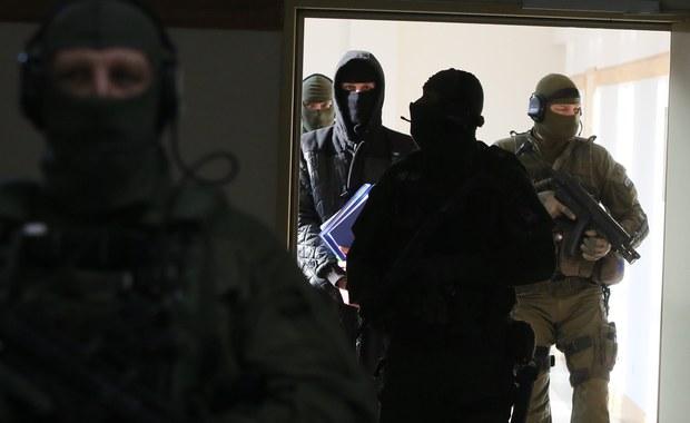 """Trzech renomowanych funkcjonariuszy Biura Ochrony Antyterrorystycznej złożyło właśnie rezygnacje – ustalił """"Fakt"""". Chodzi m.in. o stan techniczny sprzętu na którym pracują, w tym śmigłowców Mi-8. To jedyne, którymi można przetransportować ich do akcji. Komenda Główna Policji ma ich dwa i oba nie latają. Antyterroryści liczyli, że ŚDM i lipcowy szczyt NATO będą świetną okazją do kupna nowego sprzętu. Tak się nie stało - informuje dziennik."""