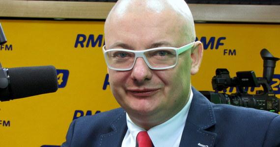 """Europosłowie PO poprą rezolucję ws. Polski? """"Jeżeli wygląda ona tak, jak jest w mediach, to myślę, że powinni. To nie jest głosowanie przeciwko rządowi swojego kraju, tylko głosowanie za pewnymi europejskimi wartościami"""" - mówi gość Kontrwywiadu RMF FM, były europoseł Michał Kamiński z Platformy Obywatelskiej. """"Siedziałem na sali Parlamentu Europejskiego, jako poseł, parę rzędów za mną stał Ziobro i krzyczał na polskiego premiera, że w Polsce jest łamana demokracja. I wtedy go potępiałem, ale teraz to jest zupełnie co innego"""" - dodaje Kamiński. Jego zdaniem rezolucja to bardzo zły sygnał i wizerunek Polski po raz kolejny doznał uszczerbku. Polityk uważa, że można było nie dopuścić do rezolucji. """"Sygnały były bardzo wyraźne, ale jeśli Jarosław Kaczyński ich nie zauważył, to widocznie nie zależy mu na wizerunku Polski w Europie"""" - komentuje gość Kontrwywiadu."""