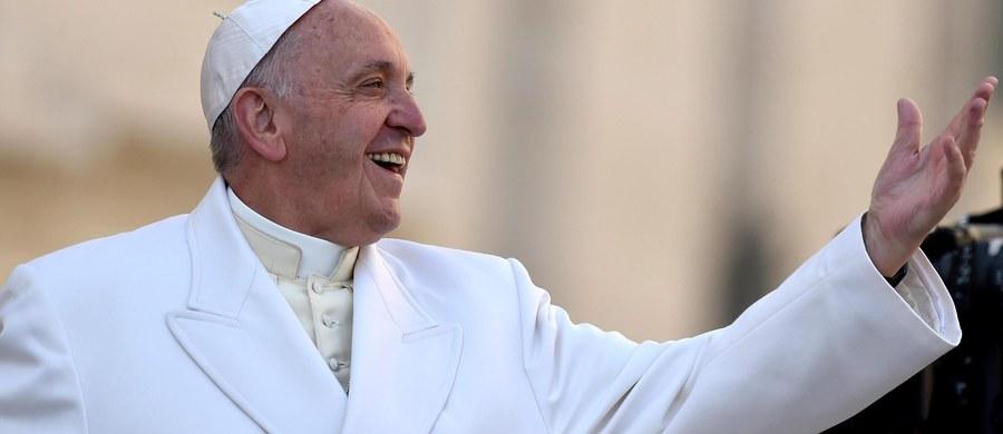 """W adhortacji apostolskiej na temat rodziny, podsumowującej dwa synody biskupów, papież Franciszek zachęca duszpasterzy do kierowania się """"logiką miłosierdzia"""" wobec rozwodników w nowych związkach i """"odpowiedzialnego rozeznania"""" ich sytuacji oraz cierpienia. W dokumencie """"Amoris laetitia"""" (Radość miłości) nie ma co prawda przełomu w sprawie osób rozwiedzionych i ewentualnej zgody na dopuszczenie ich do komunii. Jest mowa natomiast o tym, że są """"szczególne sytuacje""""."""