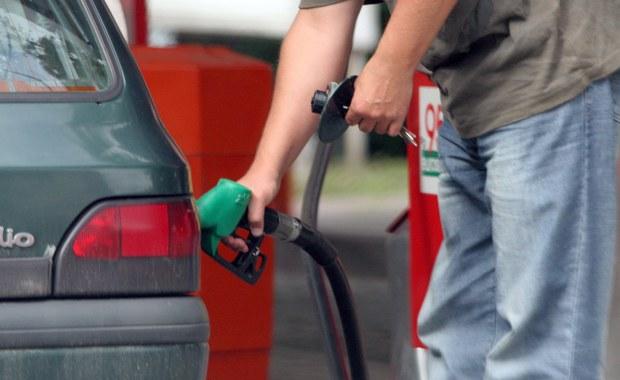 """""""Polski rząd nie pracuje i nie pracował nad podniesieniem opłaty paliwowej"""" - oświadczyła premier Beata Szydło. Dodała, że propozycję podniesienia opłaty przedstawiają niektórzy eksperci. Wczoraj informowaliśmy, że Ministerstwo Infrastruktury i Budownictwa proponuje podwyżkę cen benzyny od 10 do 20 groszy na litrze. Resort twierdził, że w ten sposób chce sfinansować program budowy dróg do 2025 roku."""