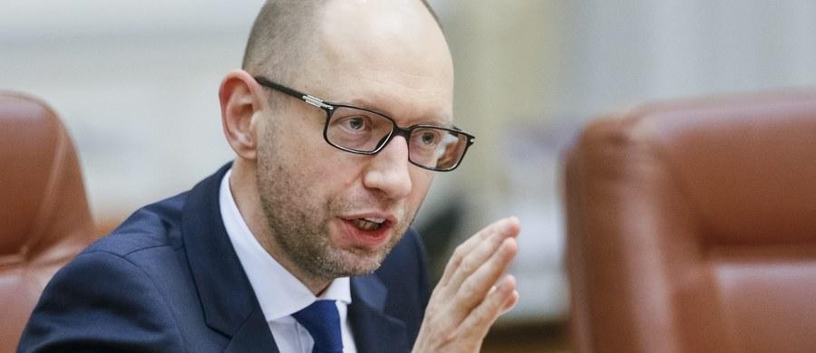 """Premier Ukrainy Arsenij Jaceniuk poinformował w programie telewizyjnym """"10 minut z premierem"""", że podaje się do dymisji. Ma to nastąpić we wtorek. Wcześniej prosił go o to prezydent Petro Poroszeno, mówiąc, że traci poparcie koalicji rządzącej. Jaceniuk oświadczył dziś, że jego partia front Ludowy pozostaje w koalicji z prezydenckim Blokiem Petra Poroszenki."""