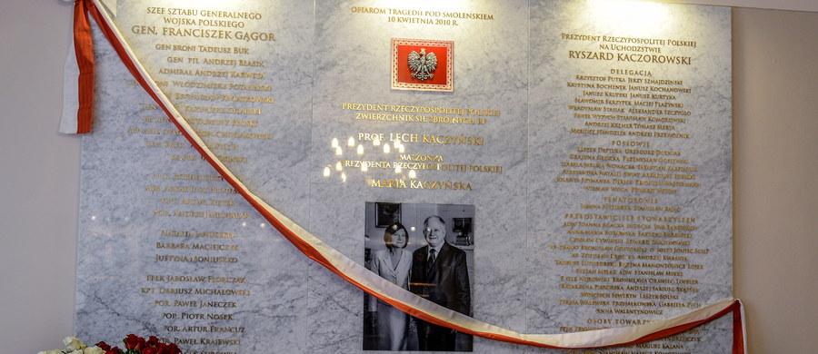 """""""Będziemy pamiętali o tym, kto był sprawiedliwy, i będziemy pamiętali o tym, kto nie był sprawiedliwy. Sprawiedliwi zostaną nagrodzeni, pozostali zostaną ukazani"""" - mówił minister obrony narodowej Antoni Macierewicz podczas uroczystości odsłonięcia tablicy upamiętniającej ofiary katastrofy smoleńskiej w resorcie obrony narodowej. Prezes PiS Jarosław Kaczyński podkreślił, że należy dążyć do prawdy, bo """"bez niej nie będziemy w stanie odbudować ani właściwych stosunków wewnętrznych w naszej, dziś niestety bardzo podzielonej, ojczyźnie, ani nie będziemy w stanie we właściwy sposób ułożyć naszych stosunków z sąsiadami, w tym z naszym wielkim sąsiadem ze Wschodu""""."""