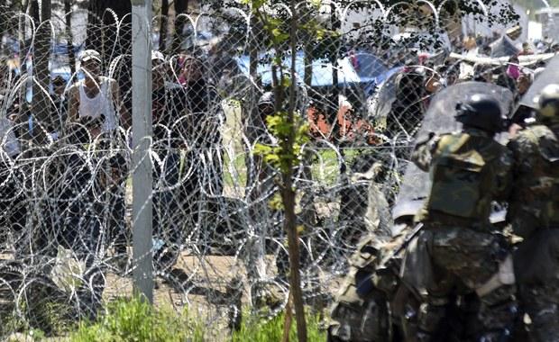 Co najmniej 260 migrantów ucierpiało w niedzielę, gdy macedońska policja użyła gazu łzawiącego i plastikowych kul wobec kilkusetosobowej grupy, która próbowała sforsować ogrodzenie na grecko-macedońskiej granicy - poinformowali Lekarze bez Granic (MsF).