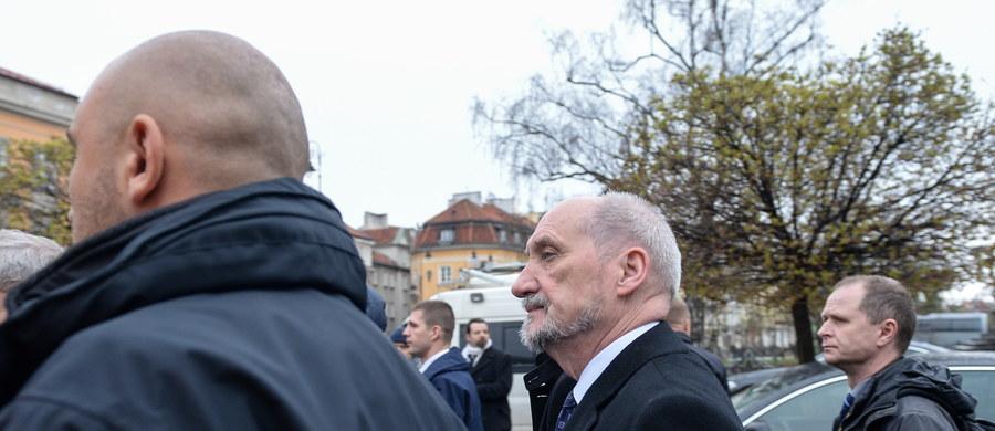 """""""Polska, jeżeli ma być niepodległa i zdolna do bycia realnym i suwerennym państwem, musi mieć większą i silniejszą armię"""" - ocenił minister obrony narodowej Antoni Macierewicz, który w poniedziałek odwiedził polskich żołnierzy służących w Afganistanie."""