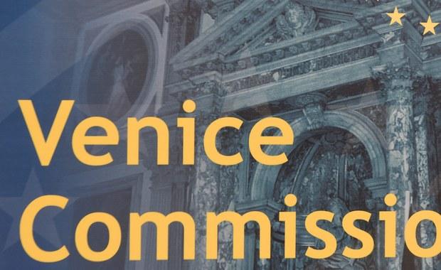 """Rząd nie zgłosił kandydatury Hanny Suchockiej i Krzysztofa Drzewickiego na następną kadencję w Komisji Weneckiej. Oboje z końcem miesiąca pożegnają się z pracą w tej instytucji. """"Nie jestem zdziwiony. Wiedziałem, że z końcem kadencji będą rozpatrywane inne kandydatury"""" - mówi w rozmowie z RMF FM profesor Drzewicki."""