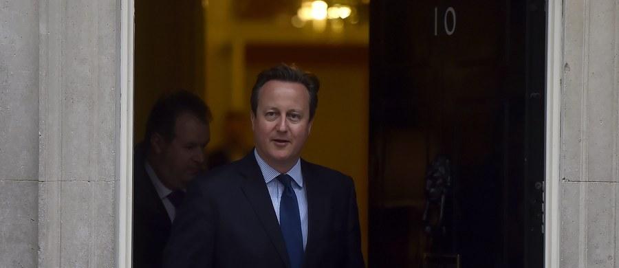 Zeznanie podatkowe jest jednym z najbardziej intymnych dokumentów obywatela. Niemniej premier Wielkiej Brytanii, David Cameron, zmuszony został do opublikowania danych o swych dochodach. Nie musiałby tego robić, gdyby nie jego ślimacza reakcja na informacje o firmie ojca, Iana Camerona, która zarejestrowana była w raju podatkowym. Jak w Biblii, Cameron trzy razy zaprzeczał, że jego najbliższa rodzina z niej korzystała, aż w końcu przyznał, że posiadał udziały w firmie ojca. Wprawdzie je sprzedał przed objęciem urzędu premiera, ale pytania pozostały.