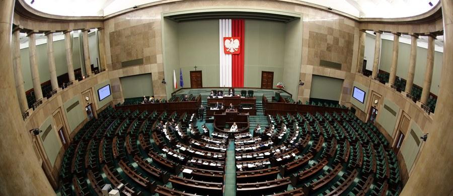 """""""44 dni – aż tyle będzie trwała przerwa wakacyjna w obradach Sejmu"""" – wylicza """"Rzeczpospolita"""". Dziennik podkreśla, że pytani o uzasadnienie takiej decyzji politycy rządzącej partii nabierają wody w usta."""
