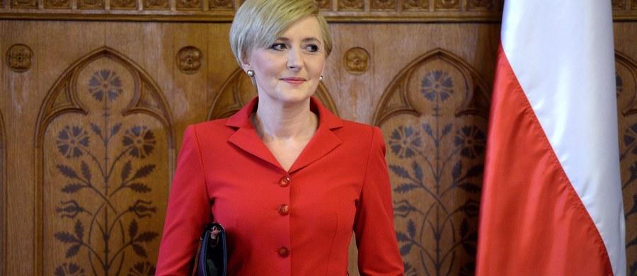 """""""Dziwne, że wszyscy teraz się uaktywnili, pytając panią prezydentową o opinię w sprawie aborcji. Jakoś nikt nie wzywał jej do odpowiedzi w sprawie migracji, szczytu NATO, czy stanu gospodarki Polski"""" - mówi, w odpowiedzi na pytania słuchaczy, gość Kontrwywiadu RMF FM, szefowa Kancelarii Prezydenta RP. Małgorzata Sadurska zaznacza, że """"pani prezydentowa nie wchodzi w otwarty nurt debaty politycznej, nie wypowiada się"""". Dodaje, że zajmuje się działalnością Pierwszej Damy - pracuje, odwiedza szkoły, angażuje się w działalność charytatywną - ale nie w świetle kamer i błysku fleszy."""