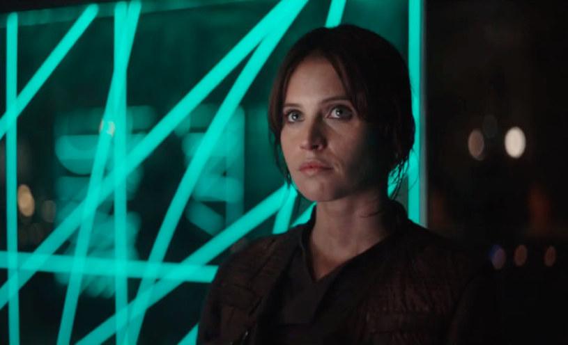 """Fani """"Gwiezdnych wojen"""" żyją pierwszym zwiastunem filmu """"Rogue One. A Star Wars Story"""". Produkcja, która otrzymała polski tytuł """"Łotr Jeden. Gwiezdne wojny - historie"""", zadebiutuje w kinach 15 grudnia 2016 roku."""