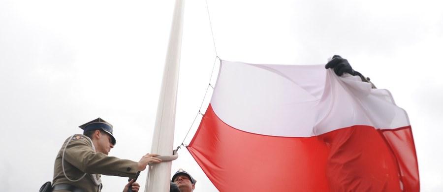 """Niemal dwóch na trzech badanych (63 proc.) podpisuje się pod twierdzeniem, że demokracja w Polsce jest zagrożona - wynika z sondażu IBRiS. Badanie prezentuje w środowym wydaniu """"Rzeczpospolita"""" ."""