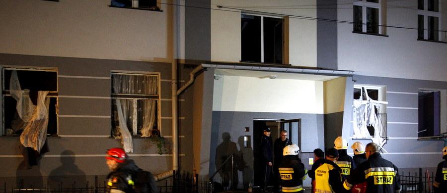 Wybuch gazu prawdopodobnie nie naruszył konstrukcji kamienicy w Jaworznie - takie są wstępne wyniki oględzin inspekcji budowlanej. Mieszkanie, gdzie doszło do eksplozji, na razie nie nadaje się do zamieszkania.